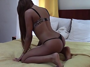Incredible Latina Dancing TWERKING to..